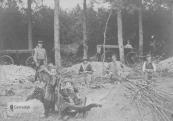 Wanneer in het voorjaar het hout begon uit te botten kwamen de eekschillers, veelal van de Veluwe, met hun gezin om eikenhakhout te kappen en van schors te ontdoen. De met hun eentonig geklop losgemaakte schors werd in bossen gebonden (links op de foto), naar een runmolen (zoals de Gorredijkster skorsmûne) gebracht en tot run vermalen, om als looistof bij de leerlooierijen te worden gebruikt. De gezinnen woonden zolang bij een boer in de schuur of de stal, zoals in de bij Harinxmastate horende verzorgingsboerderij. De foto laat zien dat ook kinderen werden meegenomen naar het werk, de groteren moesten zelfs mee kloppen.