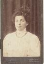 Kortezwaag, 27 augustus 1872 – Auschwitz, 23 november 1942 Beroep: Koopvrouw Bertha (Bet) Izaaks Scholten was ongetrouwd. Ze had een snoepwinkel naast het tramstation in Gorredijk en had vaak werknemers van de Nederlandsche Tramweg Maatschappij in de kost.  Ze was een strijdbare vrouw, met de leden van afdeling Gorredijk van de Vereniging voor Vrouwenkiesrecht nam ze in 1916 deel aan de grote demonstratie voor vrouwenkiesrecht.