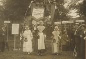3 Manifestatie voor vrouwenkiesrecht in Amsterdam. V.l.n.r. Bertha Scholten, Marije Vleeshouwer en Tietje v.d.Zwaag (dochter van G.L.v.d.Zwaag)