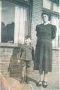 Jacob Leefsma, met naast hem Aaltje Bethlehem- van der Meer uit Hoornsterzwaag. Zij was in de huishouding bij familie Leefsma.  Aaltje is de moeder van Rink Bethlehem (schilder) uit Gorredijk.