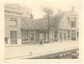 In het middelste huis(je) vestigde zich in 1755 de eerste jood- Jacob de Jood- genoemd.Hij heeft hier maar één jaar gewoond. De foto dateert uit ongeveer 1922.