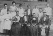 Tijdens het huwelijk van hun dochter Alida met godsdienstleraar en rabby Mozes Abraham de Hes. Van Berg had een margarinefabriekje aan de Brouwerswal nr.7. Vooraan links het bruidspaar en daarnaast Grietje Schaap en Benjamin Berg. De man achteraan, met snor, is de oudste zoon Meijer (1873). Meijer was, net als zijn vader, Boter- en kaashandelaar in Gorredijk. Mozes de Hes en Alida van Berg werden beide op 5 oktober 1942 in Auschwitz vermoord. De oudste zoon  Benjamin van Berg,was beroepssoldaat en diende in Nederlands Indie. Hij was Brigadier bij de militaire administratie. Hij overleed in Japans Krijgsgevangenschap op 14 april 1945 te Moji in Japan en werd begraven op het War Cemetery te Yokohama. De namen van de meisjes zijn overigens (vlnr): Marianna (1879), Franceintje (1883), Mathilda (1881), Eva (1875), Louise (1886), Sara (1896). Alida was de oudste, zij was geboren in 1872. Meijer van 1873, Maurits van 1890 en Salomon van 1887. Kort na het huwelijk van Alida en Mozes, is de familie Ven Berg vertrokken naar Amsterdam, waar ze een boter- en kaashandel begonnen in de Weesperstraat. De koosjere roomboter die ze daar verkochten, werd gemaakt in de fabriek in Gorredijk. Deze fabriek stond onder leiding van de oudste zoon, Meijer.