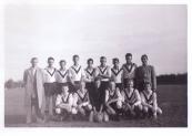 Elftalfoto Koelstra kinderwagenfabriek foto gemaakt in 1959 te Jubbega, helemaal links Johannes van der Woude. (foto via Hendrik Liemburg)