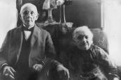 Heiman Leefsma, ook bekend als Hijman geboren op 1 oktober 1854 te Gorredijk. Overleden 25 Januari 1943 in Auschwitz (Polen). Op de foto met echtgenote Magalina Mossel.