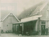 Eerste generatie herenkappers De Vos. Mijn grootvader, Jan Heine de Vos, heeft tot 1917 als bediende gewerkt in cafe 'De Veehandel' op de foto staat hij in de deur opening rechts naast zijn baas Feitze de Groot. Het scheren koste destijds 5 cent, een borreltje 3 cent en een sigaar 2 cent. Tot in de jaren 60 was er op deze locatie een horeca bedrijf gevestigd. Het eindigde destijds met de roemruchte bar dancing De Kûper, die eind jaren 60 in vlammen opging. Daarna liet de fa. Rudolphy er een meubelzaak op bouwen. Dit werd aan het eind van de vorige eeuw alweer vervangen door het huidige woon winkelcomplex. Foto: Jan de Vos