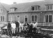 Bouwvakkers voor de pas gebouwde woningen aan de Schoolstraat (foto via P.Spigt)