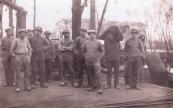 Foto van het lossen van een beurtschip, persoon op het midden van de foto van drie mannen is Pieter van der Woude. Foto gemaakt rond 1930. (foto via Hendrik Liemburg)