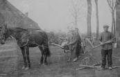 Het kappen en wegslepen met een ''mallejan'' van bomen uit een iekenhiem. De bomen werden verwerkt tot planken die de eigenaar van de boerderij waar het iekenhiem bij hoorde, gebruikt voor reparaties, het zogenaamde ''boerengeriefhout''. De voerman is Tjepke de Vries uit Kortezwaag.