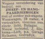 1951 Sipkema-Lich stopt met kermis   In het jaar 1951 (December) verruilde de kermis familie Jan & Pietertje Sipkema-Lich het reizende bestaan voor de vaste wal, na ze diverse keren op de kermis van Gorredijk aanwezig waren geweest besloot de familie om zich hier te gaan vestigen met een vis speciaalzaak. Ze boden op 03-12-1951 hun zweef-hangpaardjesmolen met eventueel pakwagens en woonwagen te koop aan om zich volledig te richten op hun nieuwe uitdaging. Gorredijk kende in de tijd 2 vis speciaalzaken in de Ho...ofdstraat aan weerzijden van de brug te weten die van de familie Sipkema-Lich (op nummer 54) en de familie Jelle & Minke v/d Muur - Lageveen (op nummer 33), toevalligerwijs besloten beide zaken in het jaar 1969 de deuren te sluiten. De familie Sipkema beeindigde hun winkel wegens de uitbreiding van Rudolphy meubelen, de familie v/d Muur besloot te stoppen om zich meer te gaan richten tot de verkoop van vis op kermissen en Markten.