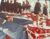 De pluim van de bootjesmolen Najaarskermis Gorredijk 1979, Klaasje Mulder wist de juiste koers te varen om de felbegeerde pluim te pakken te krijgen onder toeziend oog van de vele toeschouwers welke aanwezig waren op de vaste wal. (foto: Klaasje Mulder)