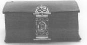 1810 Kerkboek met slot. Op het slot is de Gerechtigheid als allegorische voorstelling afgebeeld. Merken: Meesterteken HH in ovaal. 10 = gehaltekeur voor 10 penningen. Wapen Heerenveen in ovaal. jaarletter C = 1810.