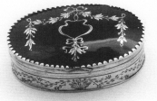 Hendrik Sjoerds Gaastra 1819 Tabaksdoos Deksel is vervaardigd van schildpad en ingelegd met zilveren guirlandes. Inscriptie op achterzijde: A.H.G.