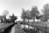 De Dwersfeart in Kortezwaag gezien in oostelijke richting. Tussen de huizen links lag het voetpad dat naar de Lijkweg (nu Leijen) liep.