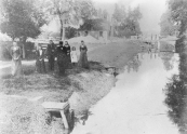 De Dwersfeart in een tijd die ver achter ons ligt. Aanwonenden konden de Nijewei bereiken door hekken en flaphekjes. Over de vaart lag nog een draai, die werd later vervangen door een flapbrug.