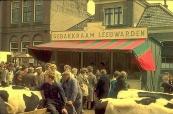Een foto gemaakt tijdens de Gordykstermerke in vermoedelijk de 60'er jaren. Op de foto heeft de fraaie opbouw Gebakkraam van het Leeuwarder kermisechtpaar Reinke & Aukje van der Hoek een standplaats aan de Hoofdstraat. Ook ziet u aan de voorzijde veehandelaren staan tussen het vee. (foto: L. Beenen)