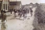 Een groep fietsers nog op een onverharde weg over 't Weike