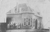 De villa ''Sonneborghe'' in de hoek Dwarsvaart/Nijewei te Kortezwaag was in 1916 nog in aanbouw. De timmerlieden poseerden tijdens het werk even voor de fotograaf. In 1918 betrok Hijltje Tjerks Atsma, de weduwe van Siebren Walles de Vries het huis met haar kinderen. Tijdens de bouw lag dochter Bontje in een sanatorium te Doorn.