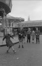 Kermiskinderen Henny Arjaans en Chris Elsinga zijn voor het open gaan van de kermis nog even plezierig aan het spelen op het Marktplein. Onder toeziend oog van de kermisvierders laat Henny zien hoe goed ze over het touw kan springen voordat hun ouders de attracties openen en het feestgedruis losbarst. De foto is gemaakt omstreeks 1958.