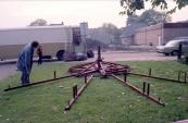 De nostalgische bootjesmolen van de familie Rampen in opbouw voor de aanstaande najaarskermis van Gorredijk in het jaar 1980. Op de foto is Johannes (zoon van de kapitein Nico Rampen) de grondslag aan het uitleggen. (foto: SKC)