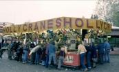 Het was zoeken naar een vrije speelkast bij de populaire attractie de Holly Cranes, in dit geval van de familie van Essen gezien tijden de najaarskermis van Gorredijk in het jaar 1978. Menigeen moest en zou natuurlijk een mooie polshorloges winnen! Eén van de bekendste prijzen uit de historie van dit aloude kermisspel. (foto: SCK)