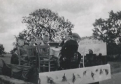 Optocht tijdens schoolfeest; Vele varkens maken de spoeling dun, met Tjalle de Jong, Lutske de Jong en Jan Talsma in 1957. (Foto: Bonne Talsma)