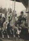 Siepie de Vos met Bonne Talsma in de draaimolen tijdens het schoolfeest op het land van Piet Jongsma in 1956. (foto: Bonne Talsma)