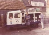 Melkboer Lammert Dijkstra, een welbekende verschijning in Kortezwaag met zijn hulpje Bonne Talsma in 1968. (foto: Bonne Talsma.)