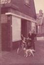 Bonne Talsma met zijn hond, voor  bakkerij Bolhuis in 1960. ( foto: Bonne Talsma)