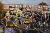 Al bij het opbouwen van de kermis op woensdag was het druk op het Marktplein.( Foto: Henk Stoelwinder)