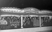 Een foto (welke vermoedelijk gemaakt is in de jaren 50/60) van de fraaie opbouw schietsalon van de Leeuwarder kermisexploitant Ule Kooistra op de kermis te Gorredijk. (foto: SKC)