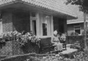 Het huis van Geert van der Heide, rechts op de foto Klaasje van der Heide - Kok