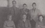 Het personeel van de nieuwe openbare lagere school aan de Zinderen Bakkerstrjitte in Gorredijk, eind september 1955 gefotografeerd. Voorste rij zittend van links naar rechts: Riek Landman, schoolhoofd Willem Wieling en mevrouw van Someren. Achterste rij staande: Fokke de Haan, Gerrit Meter en Hans de Jong,