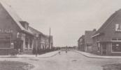 Links café Marktzicht, rechts de slagerij van Hille Jousma aan de Marktstraat. De Nieuwstraat (midden) liep oorspronkelijk nog niet verder naar het zuidoosten door.