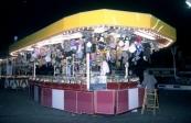 Een foto welke gemaakt is op de kermis te Gorredijk in waarschijnlijk 1979/1980 van het schuivenspel van Woppie & Thea Sipkema-Koopal uit Apeldoorn. Tijdens het fotomoment was dochter Anita werkzaam in de zaak van haar ouders. (foto: SKC)