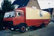 Een foto gemaakt tijdens de najaarskermis van Gorredijk in het jaar 1995 van de woonauto van de familie Pothoven-Dassen uit Zutphen. Vele jaren stonden Herman en Ollie met hun grote snoepkraam op zowel de Gordykster voor als de najaarskermis (onlangs zijn Herman en Ollie gestopt met reizen op de kermis). De bewoners van de Marktstraat, Schoolstraat & Nieuwstraat hadden er tijdens de kermissen extra buurtbewoners bij. Tientallen woonwagens vonden een plekje langs het kermisterrein en in de aangrenzende straten. Geen enkel bezwaar was er vanuit de buurt ze vonden het gezellig dat de reizende ondernemers met hun woningen op wielen aankwamen, waar nodig boden ze de exploitanten hun medewerking aan voor het voorzien van water en of stroom. In vele dorpen en steden is dit beeld echter verleden tijd, de mobiele woningen en pakwagens vinden tegenwoordig meestal een plekje elders in de plaats zo ook in Gorredijk waar dezen een plaats bij sportpark Kortezwaag hebben. Op de foto staat de woonauto voor de imposante politiewoning op de hoek van de Marktstraat / Nieuwstraat. (foto: A.J. Lubach)