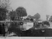 Het voetbruggetjedie die de verbinding vormde tussen ''it Weike'' en ''it Leantsje''. De huizen links op de foto zijn al een tijdje terug afgebroken.