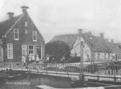 Dit voetbruggetje in Kortezwaag vormde de verbinding tussen ''it Leantsje'' en ''it Weike''. In het huis links heeft vele jaren een bakker gewoond. Het tweede huis met schuur was in de 18e eeuw een boerderij. De bewoner had enig vee maar handelde ook in meel.