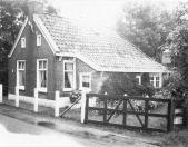 Volgens het gevelanker is dit huisje aan de Lijen in 1819 gebouwd. Na een verbouwing dient het als atelier van de kunstenaar Duintjer, die er tegenover woont.