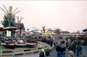 Najaarskermis Gorredijk 1978 met o.a. de attracties Calypso van Freddy Bosman, de Spin van de familie Vallentgoed en de Autoscooter van Nico en Doetie Buwalda. (foto: Nico Rampen)