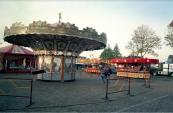Najaarskermis Gorredijk 1986 met op de voorgrond de Zweefmolen van de familie Visser. (foto: Nico Rampen)