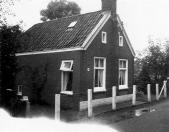 Volgens het gevelanker is dit huisje aan de Leijen in 1819 gebouwd. Na een verbouwing dient het als atelier van de kunstenaar Duintjer, die er tegenover woont.