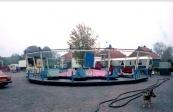 De najaarskermis van Gorredijk in 1981 zat er weer op. Een dag na afloop van de kermis waren er nog diverse kermisexploitanten aanwezig op het Marktplein om de laatste hand te leggen aan wat betreft de afbouw van hun attracties. Een enkeling had daar niet zoveel haast mee zoals op de foto te zien is aan de nog compleet opgebouwde attractie de Swing Mill van de familie Wiekstra. (foto: Nico Rampen)