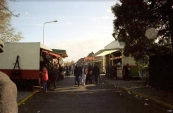 Een blik in de Nieuwstraat tijdens de najaarskermis van Gorredijk in het jaar 1983, daar waar vooral de spel en eetzaken een plaats hadden. (foto: Nico Rampen)
