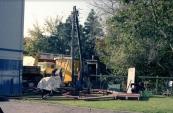 De nostalgische bootjesmolen van de familie Rampen in opbouw voor de aanstaande najaarskermis van Gorredijk in het jaar 1979. Op de foto is geheel rechts Johannes Rampen (zoon van kapitein Nico) bezig met de onderbouw daar de kassa op komt te staan. (foto: Nico Rampen)