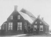 Deze boerderij van Lomme Aizes de Vries stond op de plaats van het vroegere zomerhuis van de familie Dekema te Kortezwaag. De boerderij brandde later af maar werd herbouwd, Op de foto die plm, 1927 werd gemaakt staan v.l.n.r. Aaltje Hendriks Boerstra (vrouw van Lomme), zoon Hendrik, dan Lomme Aizes de Jong, en de jong overleden zoon Aize,