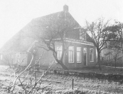 Dit huis aan de Leijen in Kortezwaag stond Oostelijk van de kerk en werd later geheel gerestaureerd.