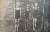 Een opname van 20 juli 1930, van links naar rechts Anna Koelma 92e op de 100 m schoolslag dames), Etje Lamerus, en Gep Homans, resp. 1e en 2e bij de 50 m hindernis zwemmen voor meisjes aspiranten. (foto: Francis Van't Klooster).