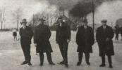 Het ijsclubbestuur van ''Hâld Moed'' Op de achtergrond de plaats van Piet Jongsma, voordien Hepke van Dam nog met geheel links het ooievaarsnest. Van links naar rechts; penningmeester Lieuwe (Luc) van der Schoot. (1929-1945), secretaris Johannes Koelma  (1919-1945), voorzitter Siebe Jacobs de Boer (1921-1945), en vice voorzitter Otto Bartelds de Vries (1919-1945)