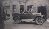 1930. Geert zit links op de motor Anneke en Johannes zitten in de T-Ford. Man met pet op: de heer Goosens, vertegenwoordiger Nivea