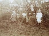 De familie Koelma, dochters Anna en Nel (Pietsje) en zoon Geert